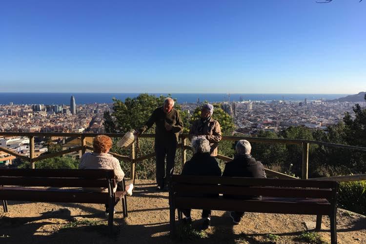Ouderen genietend van het uitzicht