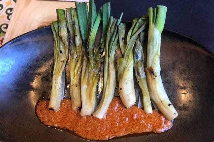calçots geserveerd met saus
