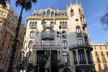 Voorgevel van Casa Fuster in Barcelona