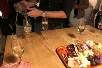 Wijn inschenken en tapas