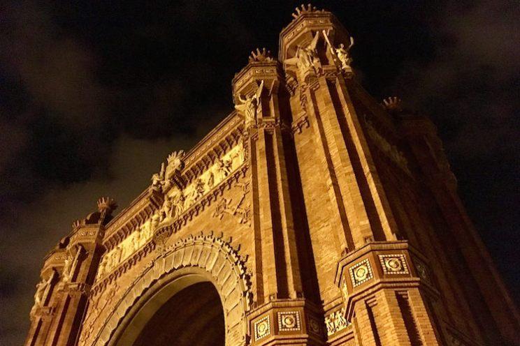 Arc de Triomf 's avonds verlicht in Barcelona