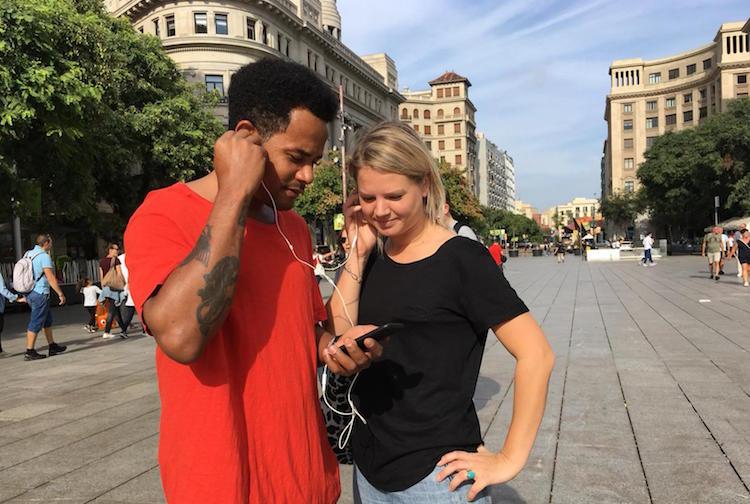Toeristen volgen gratis wandelroute in Barcelona en luisteren naar audiogids