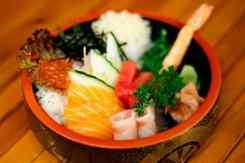 Bowl met rijst, vis en groenten Kibuka