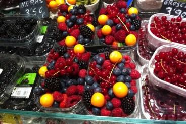 bakjes rood fruit bij la boqueria
