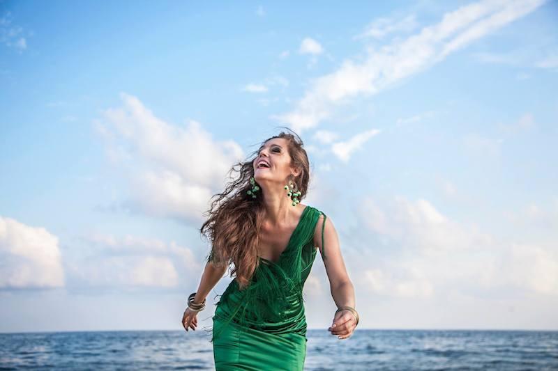Luna Zegers flamencozangeres aan zee