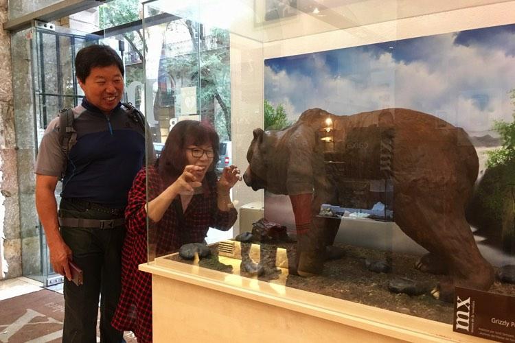 Twee bezoekers in het chocolademuseum van Barcelona