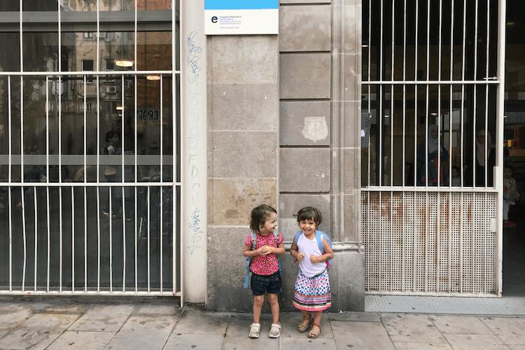 kinderen voor een school in barcelona