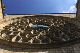 detail van de buitenkant op de toren van Basílica Santa María del Mar