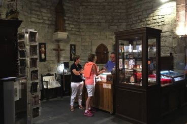 mensen kopen spullen in de winkel van Basílica Santa María del Mar