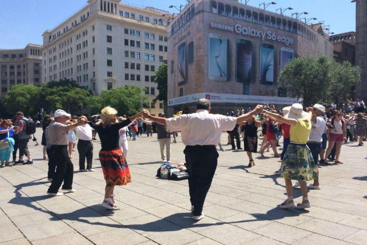 Catalanen dansen de sardana op het plein voor de kathedraal in Barcelona