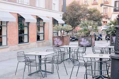 Buitenterras met tafels en stoelen Federal Café