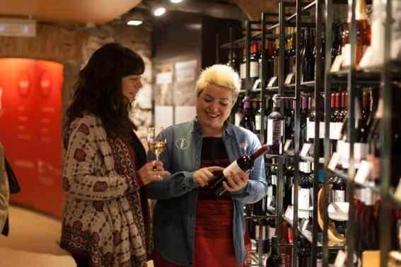 Mevrouw legt wijnsoort uit