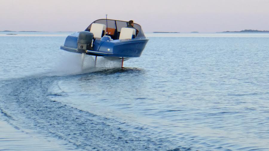 Candela la barca elettrica con i foil