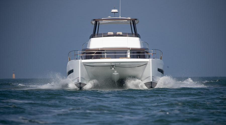 Il catamarano naviga sempre in dislocamento, ma la sua ridotta superficie bagnata lo rende molto veloce