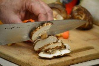 20 noodles slicing the shitake mushrooms_small