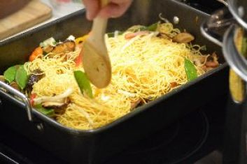 45 stirring noodles into vegetables_small