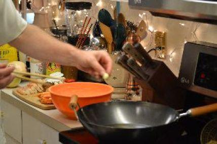 5 tempura add garlic to hot oil_small