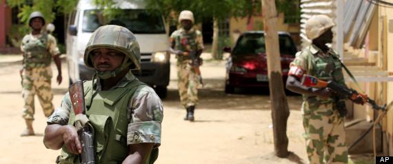 Soldados nigerianos hacen guardia en las oficinas de la Autoridad Nigeriana de Televisión estatal en Maiduguri, Nigeria.  Boko Haram, el grupo radical que una vez atacó sólo a las instituciones gubernamentales y las fuerzas de seguridad, se dirige cada vez más civiles
