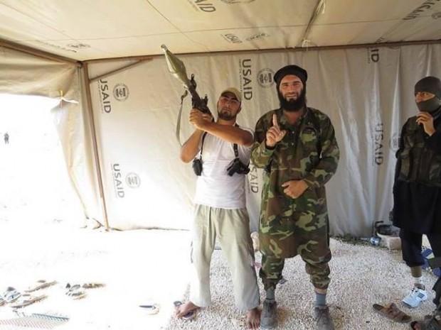 Fotografía supuestamente muestra Estado Islámico de Irak y al-Sham (ISIS) vinculado Comandante Muhayirin Kavkaz wa Sham, junto con otros rebeldes ya gris la batalla de engranajes y un juego de rol, dentro de una tienda USAID.