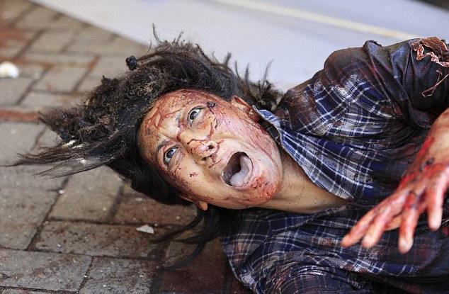 Una mujer herida gritos de auxilio después hombres armados irrumpieron en el centro comercial Westgate en Nairobi