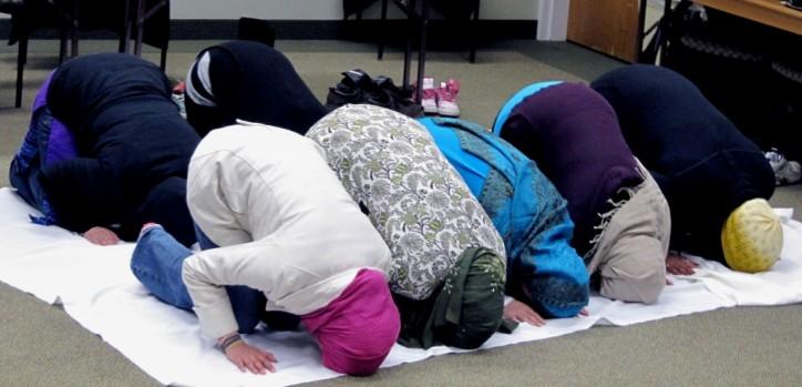 muslim-girls-praying-1024x494-1-e136322423626811