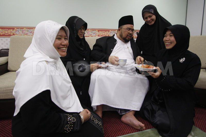 1267317886-malaysia-polygamy-club262444_262444