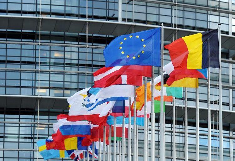 564478-drapeaux-des-pays-membres-de-l-ue-au-parlement-europeen-a-strasbourg