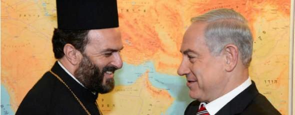 El primer ministro israelí Benjamin Netanyahu se reúne con el sacerdote ortodoxo griego Rev. Gabriel Naddaf en Jerusalén.  Naddaf aboga a favor de la integración de los cristianos árabes o israelíes cristianos de lengua árabe, en la corriente principal de Israel.
