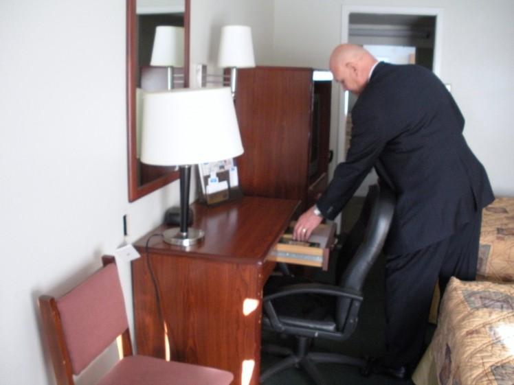 Gideon_member_distributing_scripture_in_motel_room