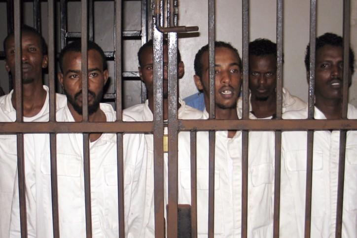 Presuntos piratas somalíes capturados por oficiales de la Marina británica en el Golfo de Adén se destacan en una celda en la corte en Mombasa