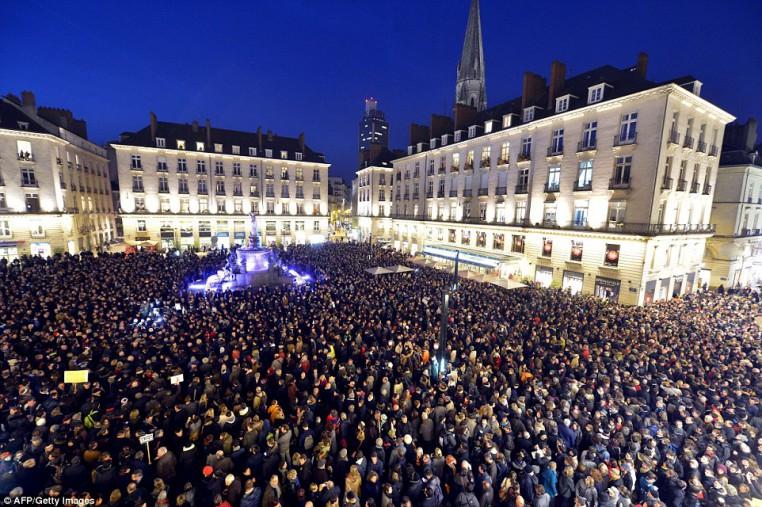 La gente se reúne en la Place Royale en Nantes para mostrar su solidaridad con las víctimas del ataque a las oficinas del semanario satírico