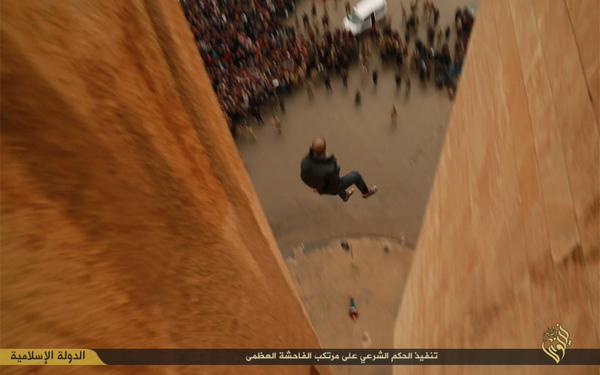 Segundo hombre a mitad de camino hasta el suelo como gran multitud mira