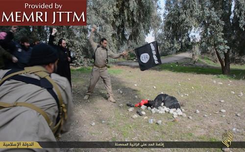 Hombres ISIS apedreando a la mujer hasta la muerte