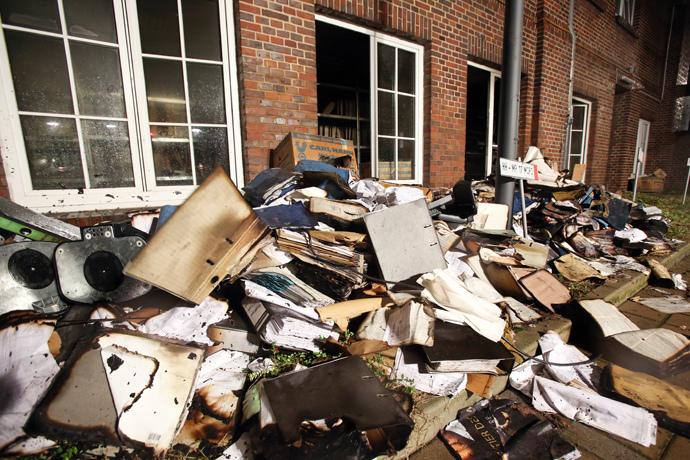 Quemados y archivos dañados son vistos en el patio del periódico regional redacción Hamburguesa Morgenpost alemán