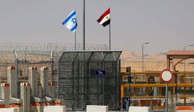 Banderas israelíes y egipcias vuelan al lado del otro