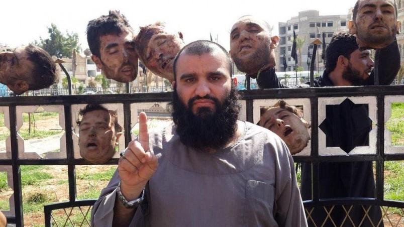 Yihadista ISIS posando con cabezas cortadas en Siria