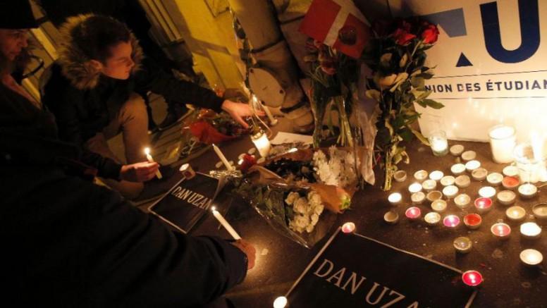 Las velas y las flores se colocan delante de la Embajada de Dinamarca en París después de un ataque terrorista mortal musulmán sobre el cafe y la sinagoga