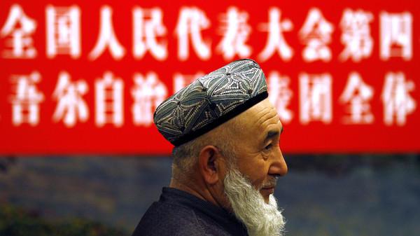 Un delegado de la delegación provincial de Xinjiang se ve antes del comienzo de su reunión con representantes del Congreso Nacional del Pueblo en Beijing