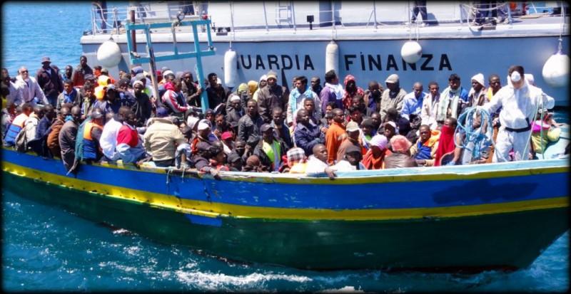 Lampedusa-The-ingresos-Guard-ayuda-de aterrizaje migrantes Corps-