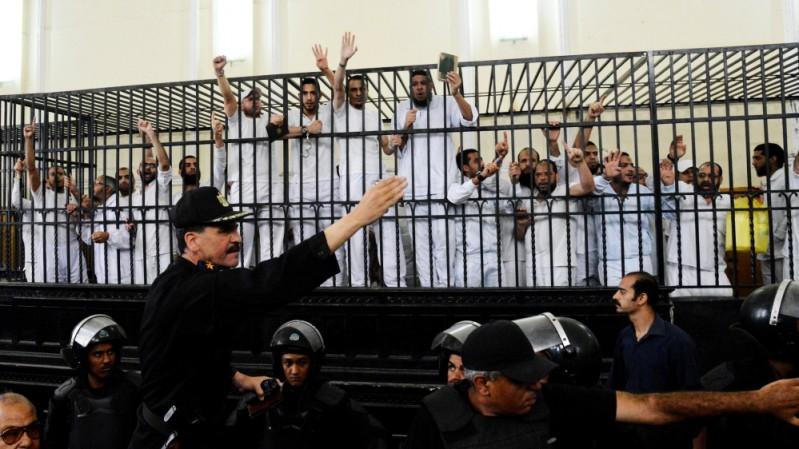 Otros miembros de la Hermandad Musulmana en un recinto apropiado para los animales rabiosos en Egipto