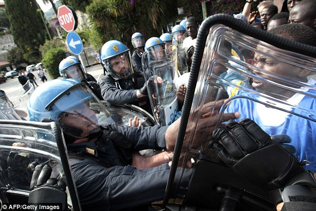 2998584C00000578-3124612-Officers_in_riot_gear_with_shields_pushed_the_migrants_back_towa-a-32_1434367516248
