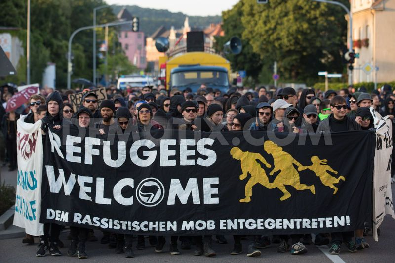 1438387522-neonazis-confront-pro-refugee-march-in-freital-germany_8222649