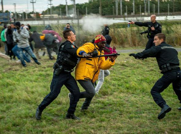 Calais-migrants-chaos-324810