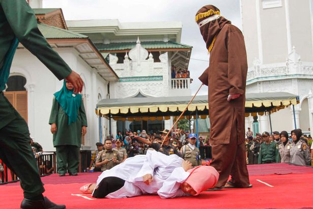 Indonesian-Sharia-police-whips-a-woman-2