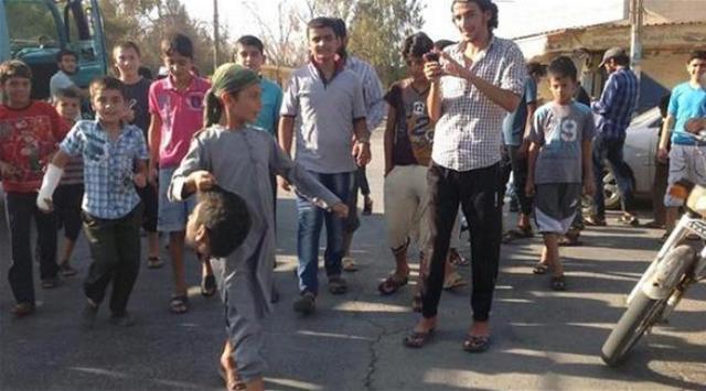 El muchacho joven que lleva la cabeza cortada en Siria parece ser de unos 12 años de edad