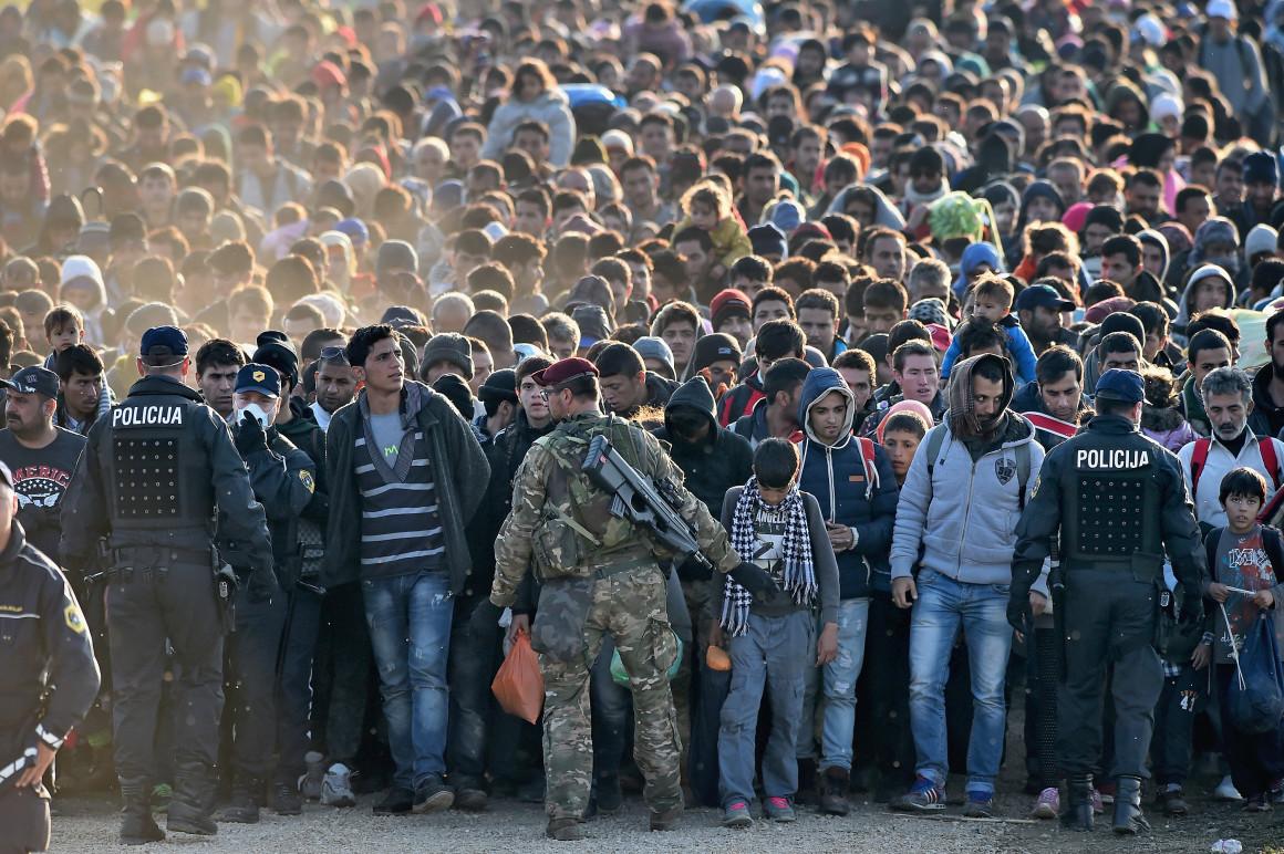 Los migrantes Cruz en Eslovenia
