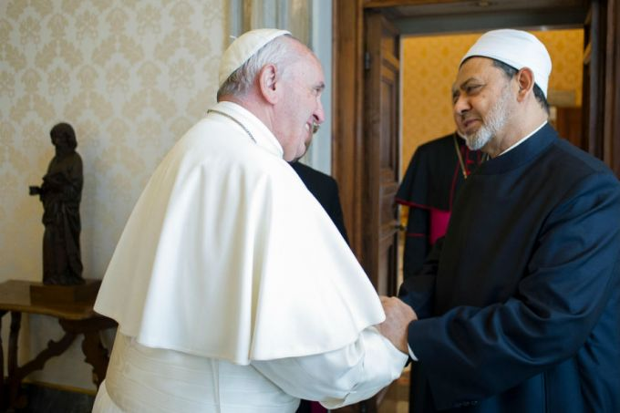 Pope_Francis_meets_with_the_grand_imam_Sheik_Ahmed_Muhammad_Al_Tayyib_at_the_Vatican_May_23_2016_Credit_LOsservatore_Romano__CNA