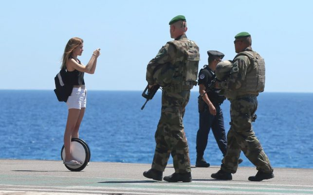103499205_French_soldiers_patrol_on_the_famed_Promenade_des_Anglais_in_Nice_southern_France_three_da_(1)-xlarge_trans++VoGYayB0dV3lS-GnR_LDWamJIW7AgN2SEtWUtWNkBeU
