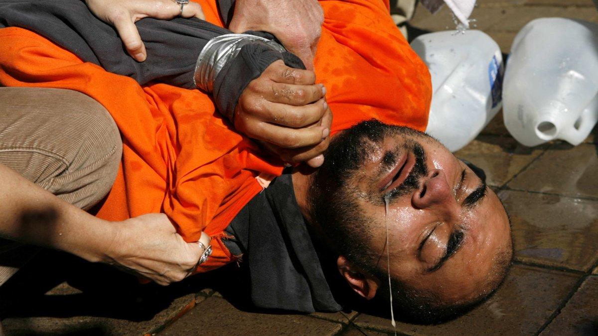 Un manifestante se ayudó a levantarse después de su terrible experiencia en una simulación de ahogamiento simulado en Washington