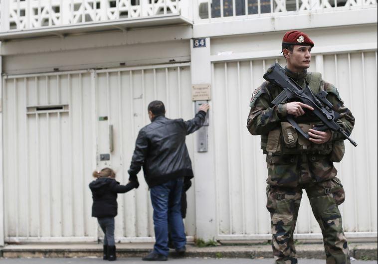 soldados franceses estacionados frente a la escuela judía después de la masacre de musulmanes Judios en la escuela judía en Toulouse